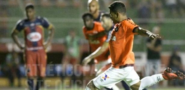 Ederson empatou de pênalti e manteve a invencibilidade do clube, que caiu para segundo no turno - Facebook Atlético-PR