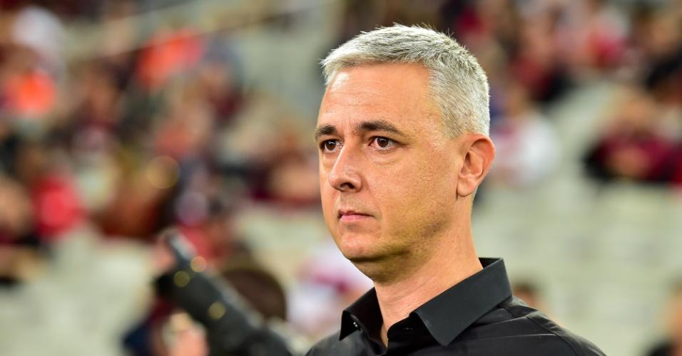 Tiago Nunes, treinador do Atlético-PR, acompanha o jogo contra o Internacional