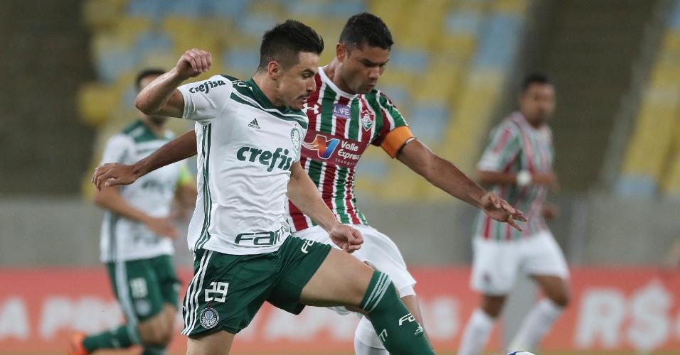 Willian ganha disputa pela bola com Gum no jogo entre Fluminense e Palmeiras
