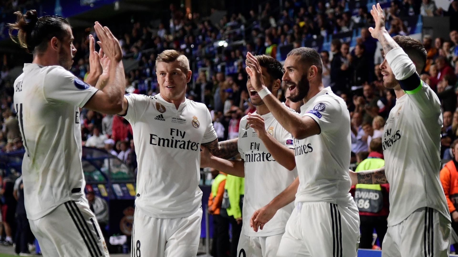 Jogadores do Real Madrid comemoram gol de Benzema contra o Atlético de Madrid