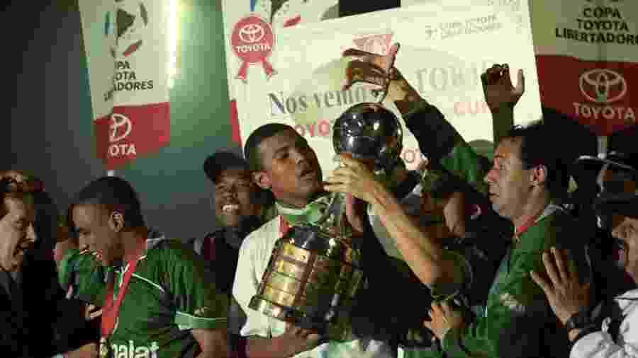 Júnior Baiano levanta a taça de campeão da Libertadores pelo Palmeiras em 1999, no Palestra Itália - Joel Silva/Folhapress