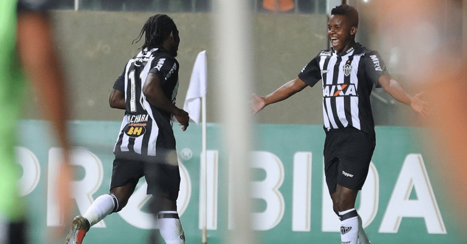 Cazares e Chará comemoram gol do Atlético-MG sobre o Bahia no Brasileirão