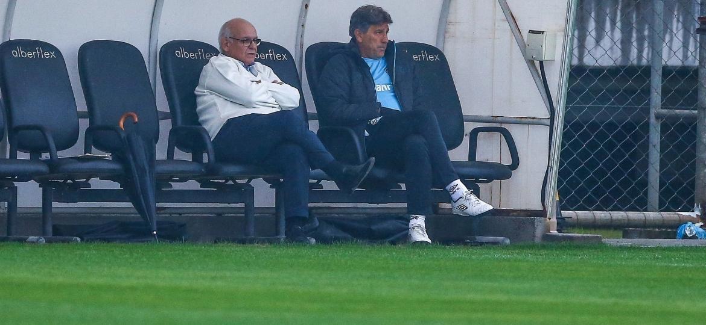 Presidente Romildo Bolzan (e) tem pressa para definir situação de Renato Gaúcho (d) e cargo de treinador do Grêmio para 2019 - Lucas Uebel/Grêmio