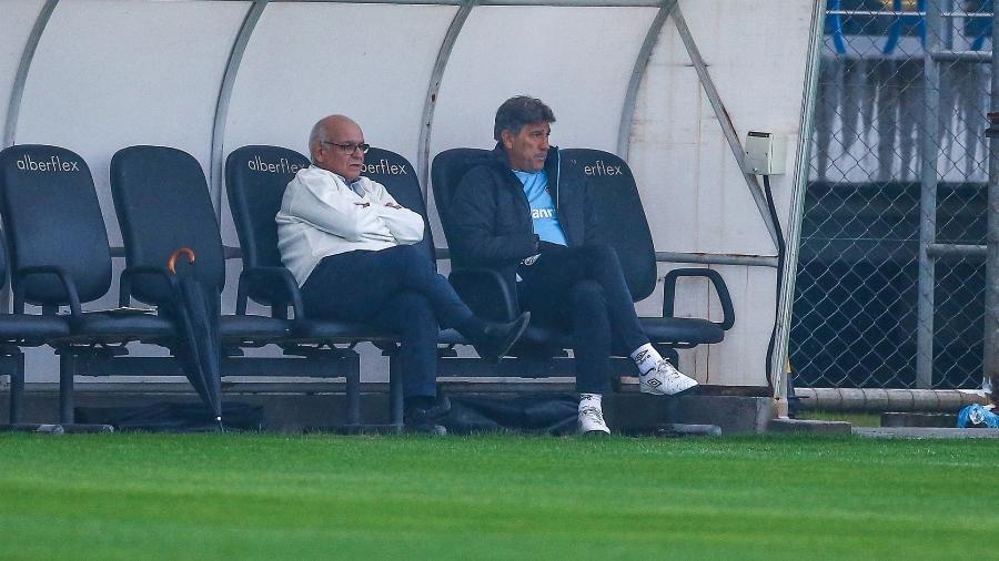 Presidente Romildo Bolzan (e) e técnico Renato Gaúcho (d) acompanham treino do Grêmio. Dupla agitou o clima antes do jogo - Lucas Uebel/Grêmio