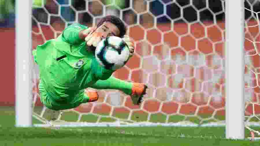 Alisson defende pênalti de Gustavo Gómez no jogo entre Brasil e Paraguai na Copa América - Lucas Figueiredo/CBF