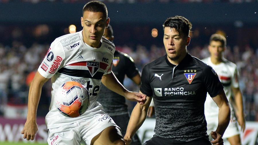 Antony domina bola à frente de Rodríguez, da LDU, durante jogo do São Paulo na Libertadores - Bruno Ulivieri/AGIF