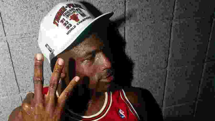 Michael Jordan comemora tricampeonato do Chicago Bulls na NBA em 1993 - Andrew D. Bernstein/NBAE via Getty Images)