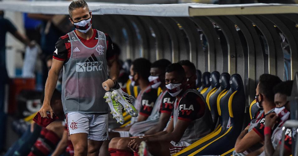 Jogadores do Flamengo no banco de reservas do Maracanã na partida contra o Boavista