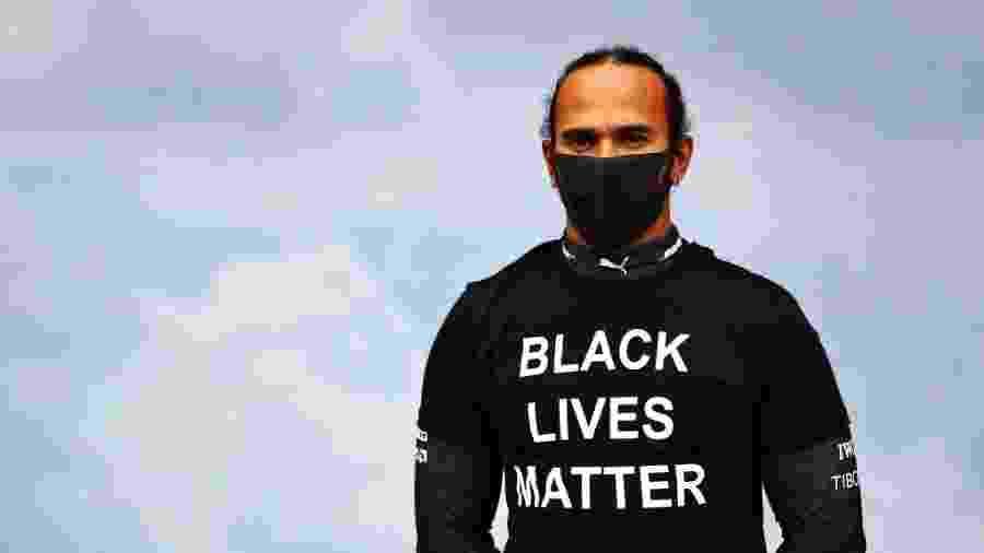 Hamilton veste camisa com inscrição Black Lives Matter (Vidas Negras Importam) durante GP da Hungria - Dan Istitene/Getty Images