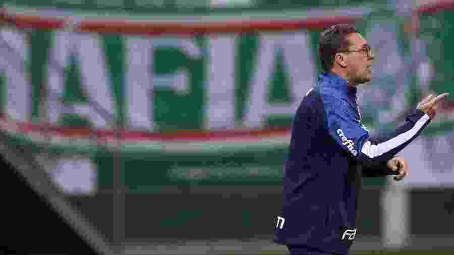 Luxemburgo em ação à beira do campo durante jogo do Palmeiras pelo Paulistão - Cesar Greco/Palmeiras