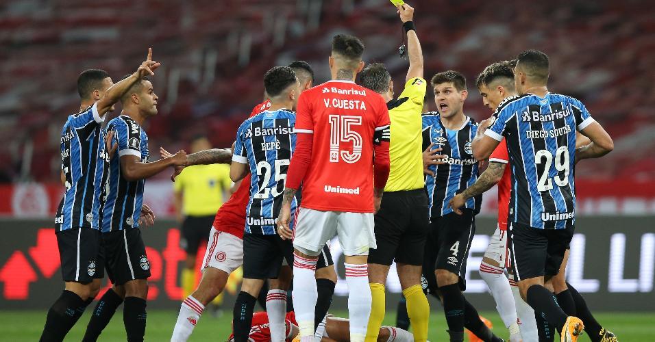 Jogadores se desentendem com o árbitro durante Gre-Nal pela Libertadores