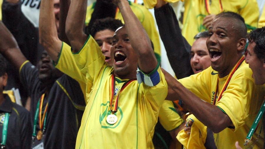 Seleção brasileira comemora o título da Copa das Confederações de 2005 - John Walton - EMPICS/PA Images via Getty Images
