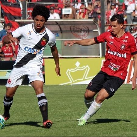 Douglas Luiz, do Vasco, sofre marcação no duelo com o Brasil de Pelotas, em 2016 - Carlos Gregório Jr/Vasco.com.br
