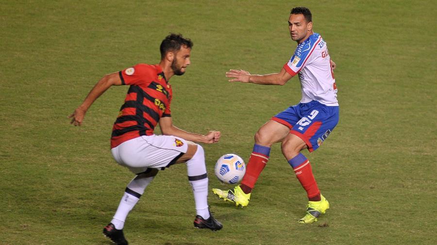 Rafael Thyere e Gilberto disputam jogada em Bahia x Sport pelo Brasileirão - Jhony Pinho/AGIF