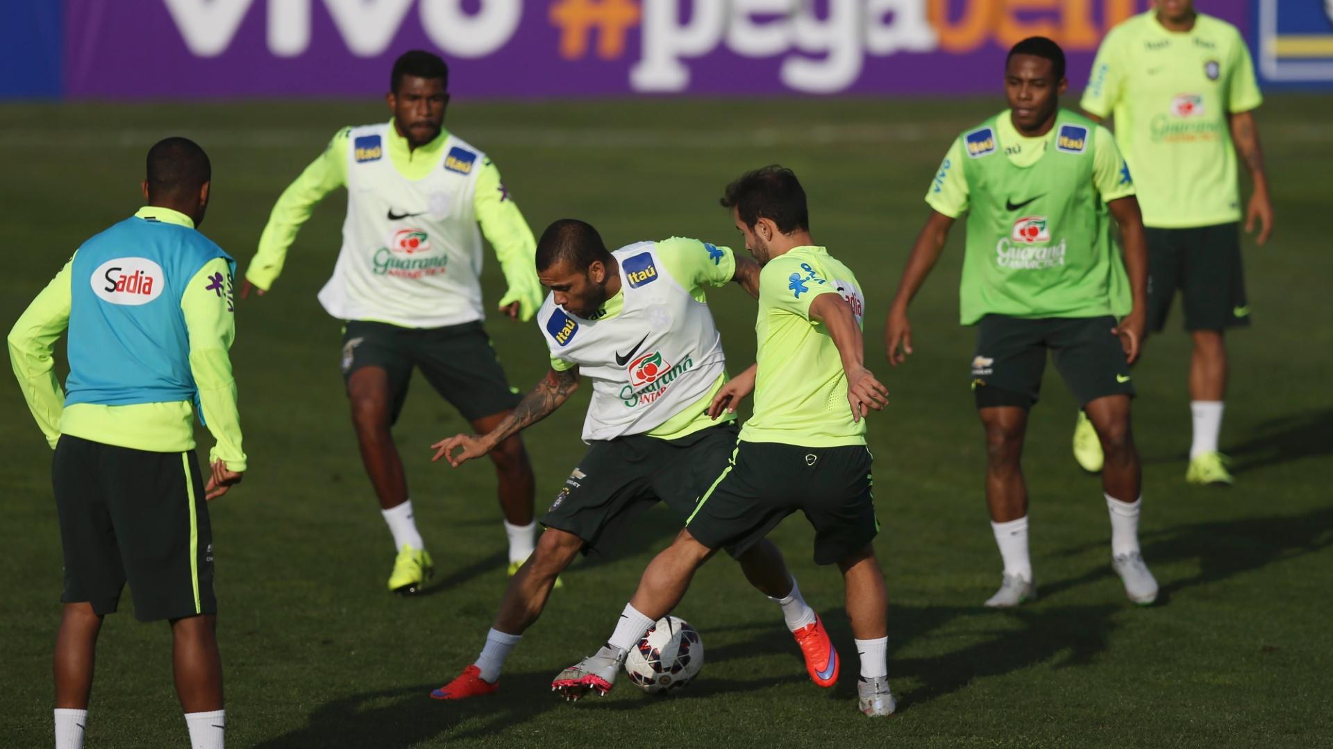 Daniel Alves e Everton Ribeiro, da seleção brasileira, disputam bola em treino na Copa América, no Chile