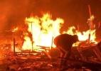 Fogo em obra inacabada da Copa em MT queima madeira e área verde no entorno (Foto: Reprodução da TV)