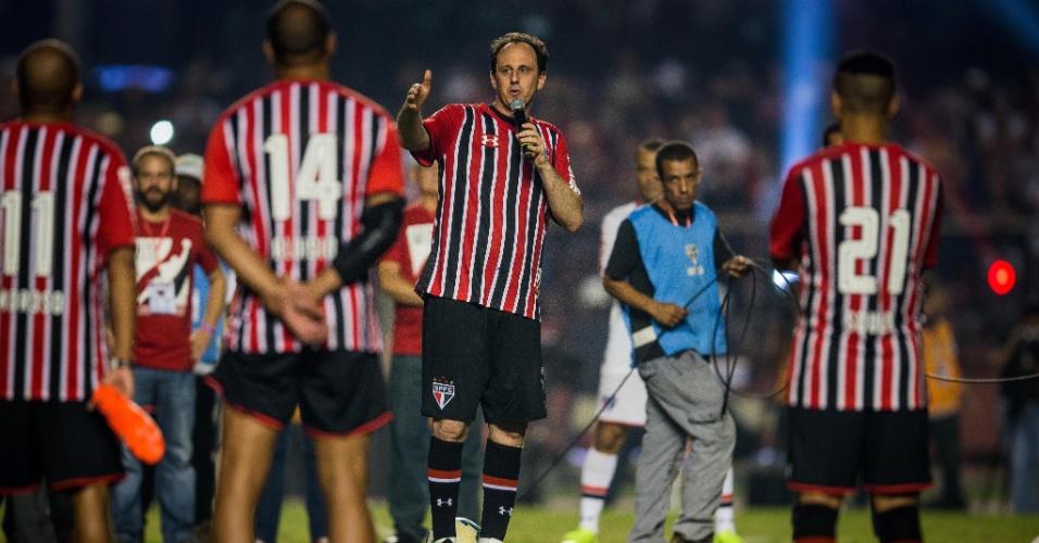 Rogério Ceni discursa no meio do campo, cercado por jogadores. Foi quando pediu para ser cremado e ter as cinzas jogadas no Morumbi