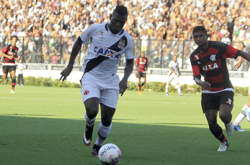 Riascos e Márcio Araújo disputam lance em Vasco x Flamengo