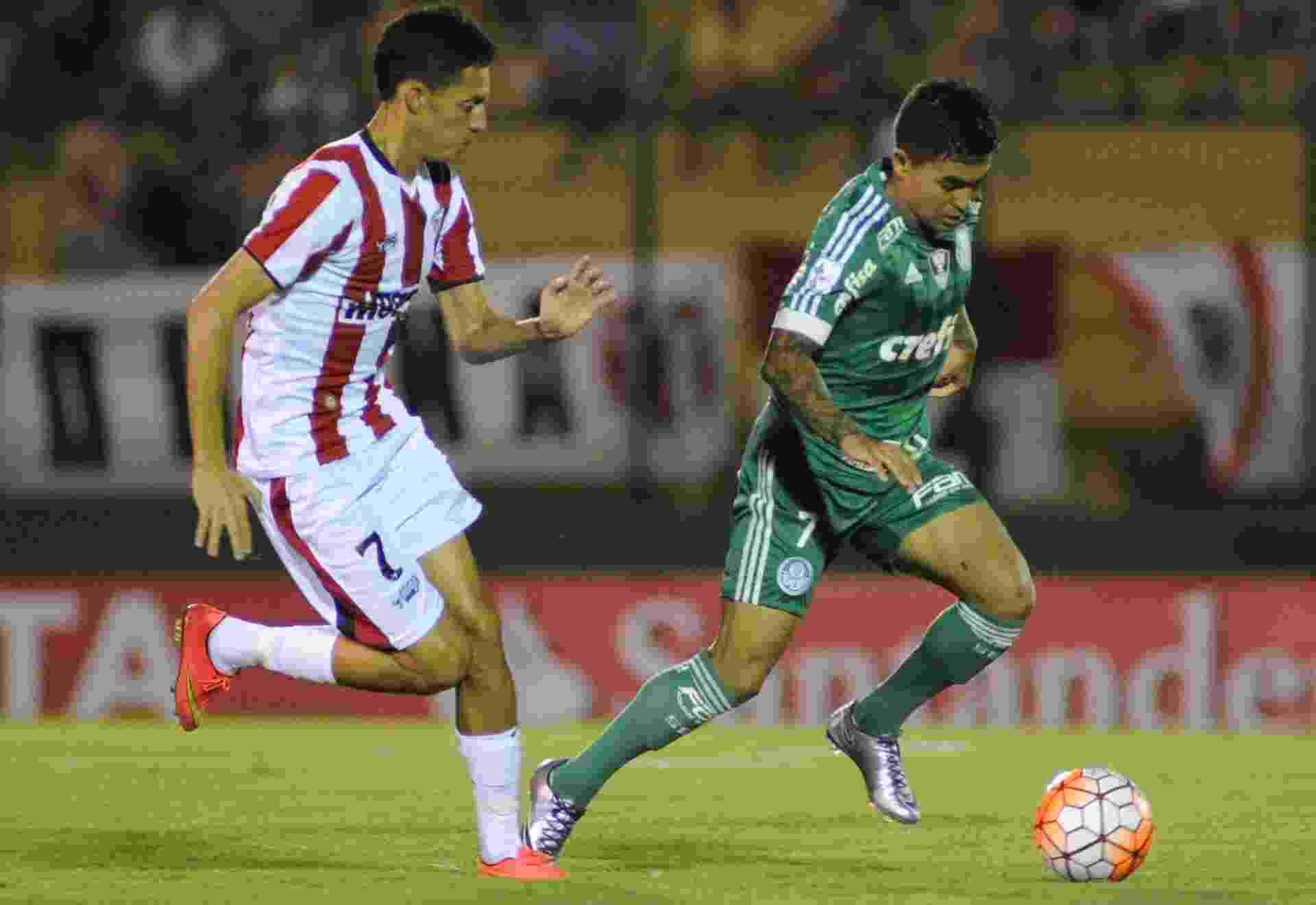 Dudu carrega bola para o Palmeiras contra o River-URU, na Libertadores - EFE/Gaston Britos