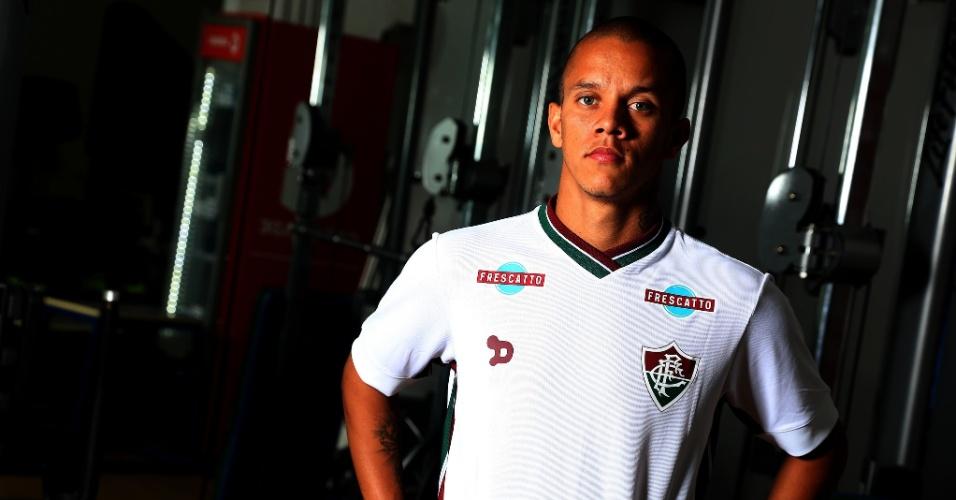 Marcos Júnior faz cara feia ao posar com camisa do Fluminense