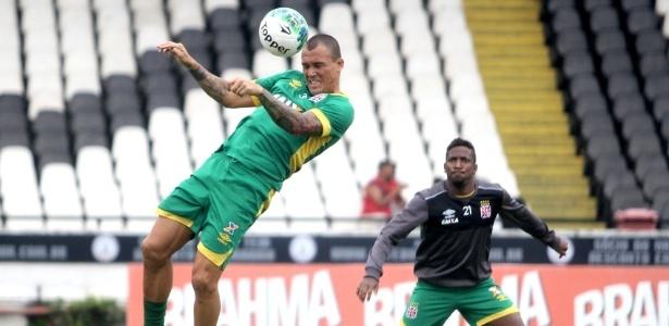 Leandrão (esq.) está suspenso e dará lugar a Thalles (dir.) contra o Brasil (RS)