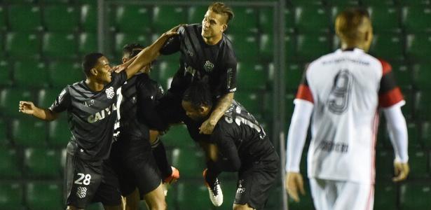O atacante Rafael Moura comemora um dos gols do Figueirense contra o Flamengo - Nelson Almeida/AFP