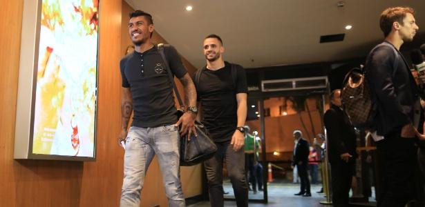Paulinho chega à hotel da seleção em Belo Horizonte; ao fundo, Renato Augusto