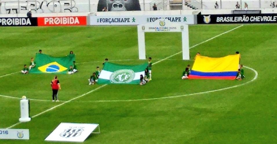No gramado do Estádio Moisés Lucarelli, em Campinas (SP), bandeiras do Brasil, da Colômbia e da Chapecoense são exibidas no gramado antes da partida Ponte Preta x Coritiba