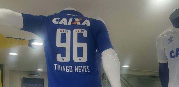 Camisa personalizada com o nome e número do jogador já está à venda
