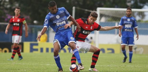 Meia Patrick (d) disputa a bola com jogador do São Bento em tropeço do Fla na Copinha