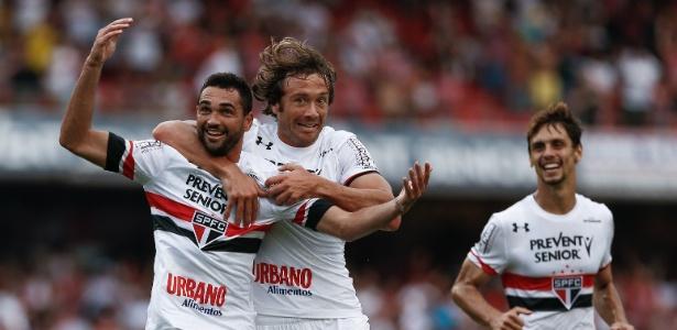 Gilberto comemora um dos seus três gols na partida entre São Paulo e Ponte Preta