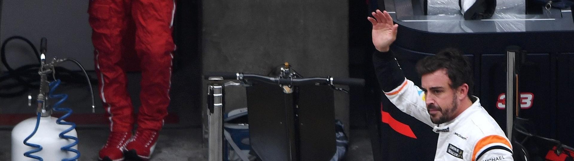 Fernando Alonso, da McLaren, caminha pelo paddock com ar desamparado após abandonar no GP da China