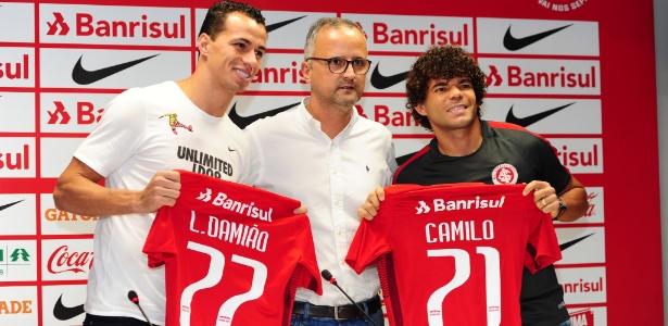 Leandro Damião (e), o vice Roberto Melo (c) e Camilo (d), em apresentação do Inter