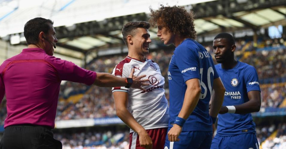 David Luiz discute com adversário em estreia do Chelsea contra o Burnley
