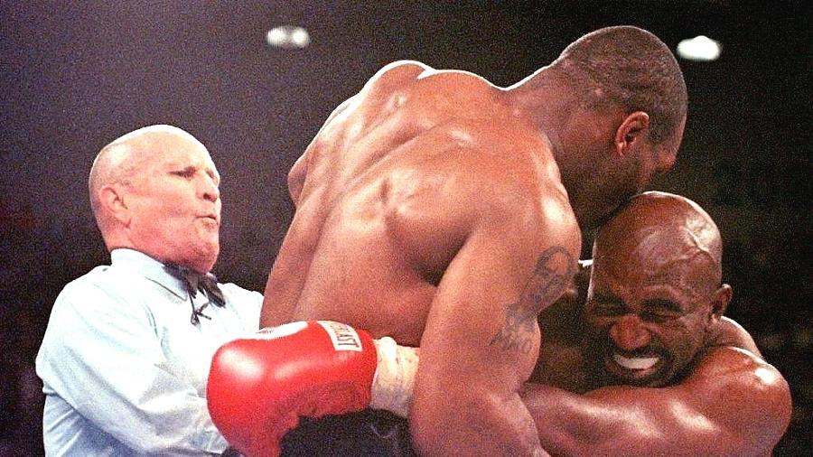 Mike Tyson morde a orelha de Evander Holyfield em luta de 1997; Tyson foi desclassificado - Jeff Haynes/AFP