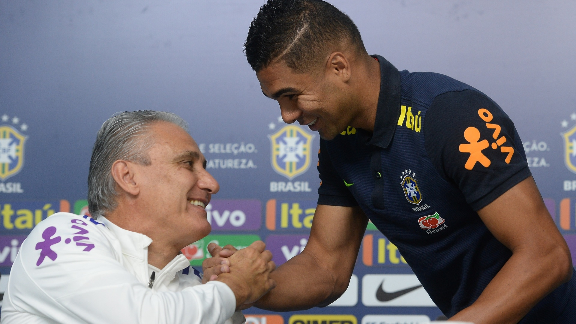 Tite cumprimenta Casemiro durante coletiva da seleção brasileria