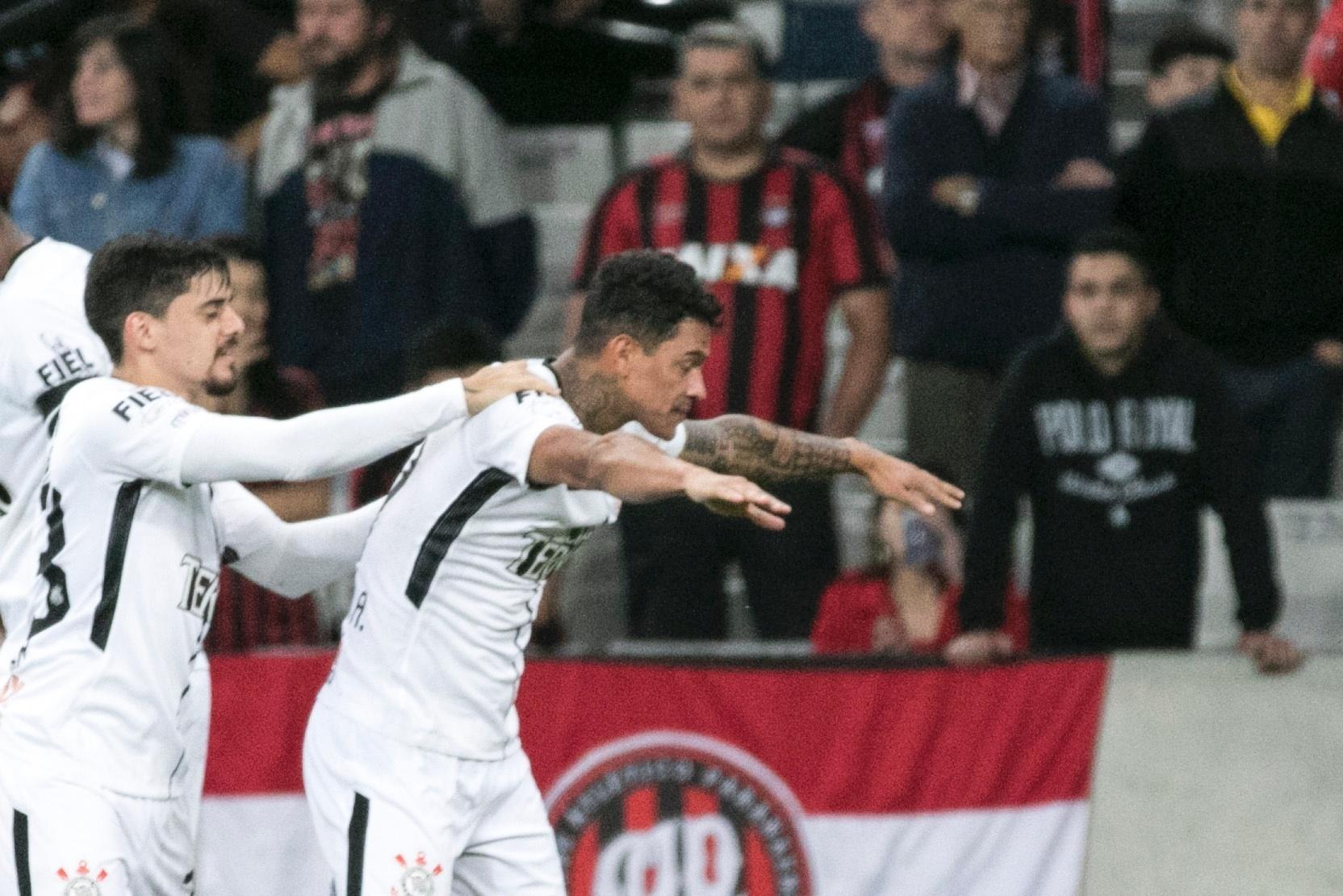 Giovanni Augusto comemora gol do Corinthians com Fagner em jogo contra o Atlético-PR