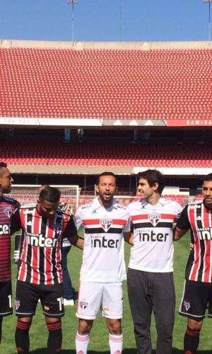 Ao lado de jogadores do elenco atual, Kaká lança nova camisa do São Paulo