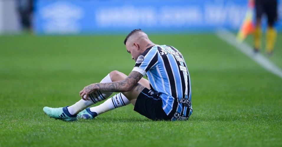 Luan fica sentado no gramado durante partida entre Grêmio e Atlético-MG