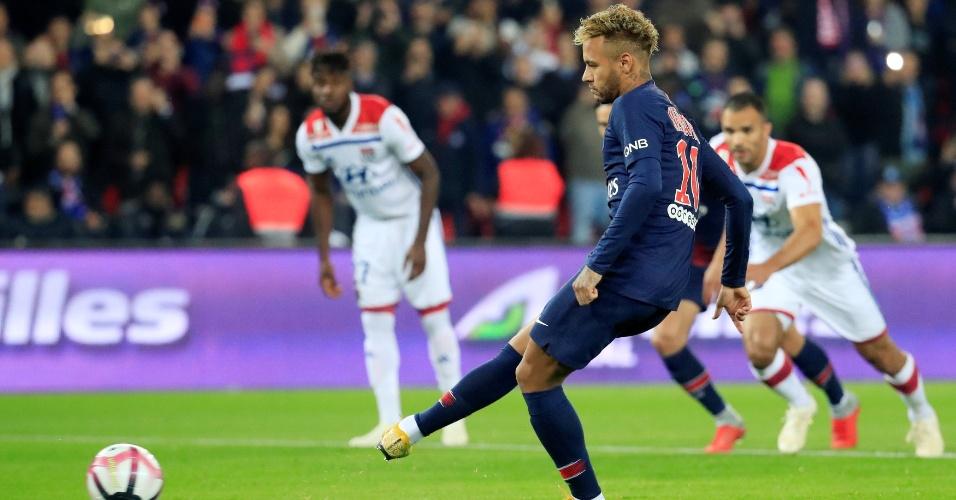 Neymar cobra pênalti e abre o placar em PSG x Lyon