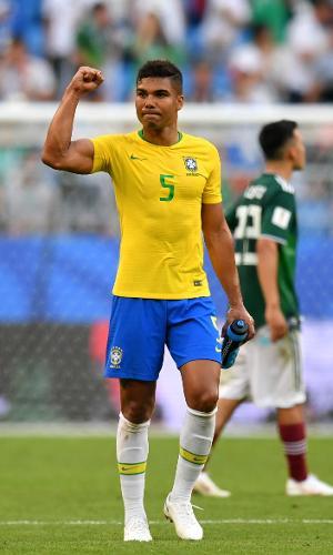 Casemiro celebra vitória da seleção brasileira sobre o México nas oitavas da Copa do Mundo 2018