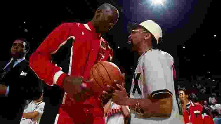 Michael Jordan se encontra com o diretor Spike Lee; camisa 23 se tornou o maior nome do crescimento da liga - Andrew D. Bernstein/NBAE via Getty Images