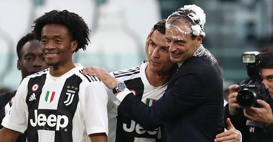Cuadrado joga espuma no treinador e em Cristiano Ronaldo para comemorar título