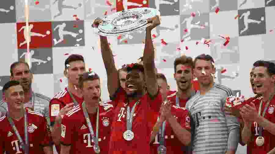 Coman, do Bayern de Munique, ergue o troféu do último Campeonato Alemão - Adam Pretty/Getty Images