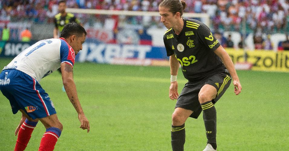 Estreante, Filipe Luis domina a bola em jogo entre Bahia e Flamengo