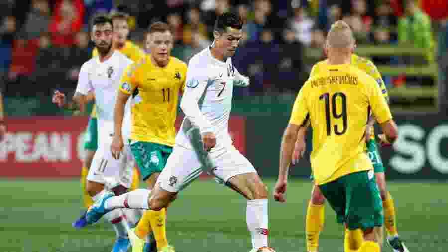 Cristiano Ronaldo em jogo de Lituânia x Portugal pelas Eliminátórias da Eurocopa - REUTERS/Ints Kalnins