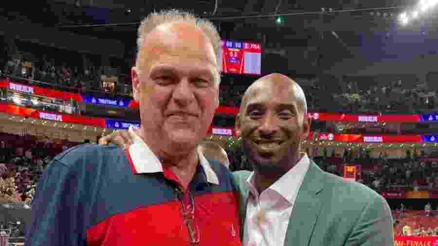 """Oscar Schmidt posa ao lado de Kobe Bryant; ex-jogadores eram amigos e falavam """"coisas de meninos"""" - Arquivo pessoal"""