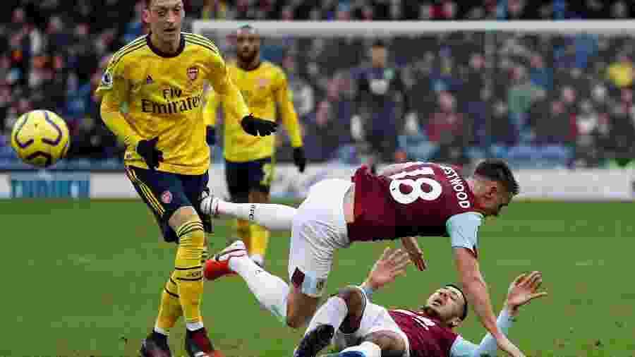 02.fev.2020 - Ozil, do Arsenal, observa a bola durante partida contra o Burnley, pelo Campeonato Inglês - Phil Noble/Reuters