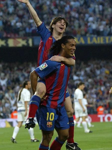 Messi comemora seu primeiro gol pelo Barcelona com Ronaldinho, em 2005 - Lluis Gene/AFP