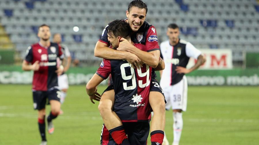 Giovanni Simeone é abraçado em comemoração de gol do Cagliari na vitória por 2 a 0 sobre a Juventus - Enrico Locci/Getty Images